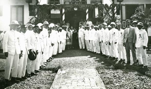 Ambtenaren Binnenlands Bestuur tijdens de feestelijkheden ter gelegenheid van koninginnedag te Barabai